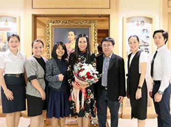 สาขาวิชาคหกรรมศาสตร์ มอบดอกไม้แสดงความยินดี กับ รองศาสตราจารย์ ดร.ชุติกาญจน์ ศรีวิบูลย์ ที่ได้ดำรงตำแหน่ง รองศาสตราจารย์