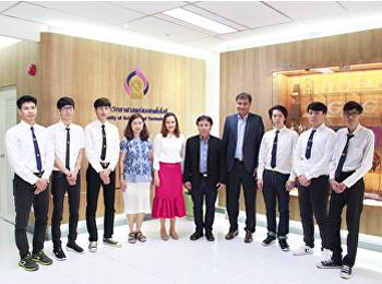 นักศึกษาสาขาวิทยาการคอมพิวเตอร์ เข้าพบ คณบดีคณะวิทยาศาสตร์ฯ เพื่อเตรียมความพร้อมในการเดินทางไปฝึกประสบการณ์วิชาชีพทางด้านงานวิจัย   ณ มหาวิทยาลัยโฮจิมินห์ซิตี้ โอเพน (Ho Chi Minh City Open University) ประเทศเวียดนาม