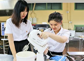 บริษัท กรุงไทยการไฟฟ้า จำกัด (SHARP) อบรมสาธิตการใช้เครื่องใช้ไฟฟ้า ให้กับนักศึกษาสาขาวิชาคหกรรมศาสตร์